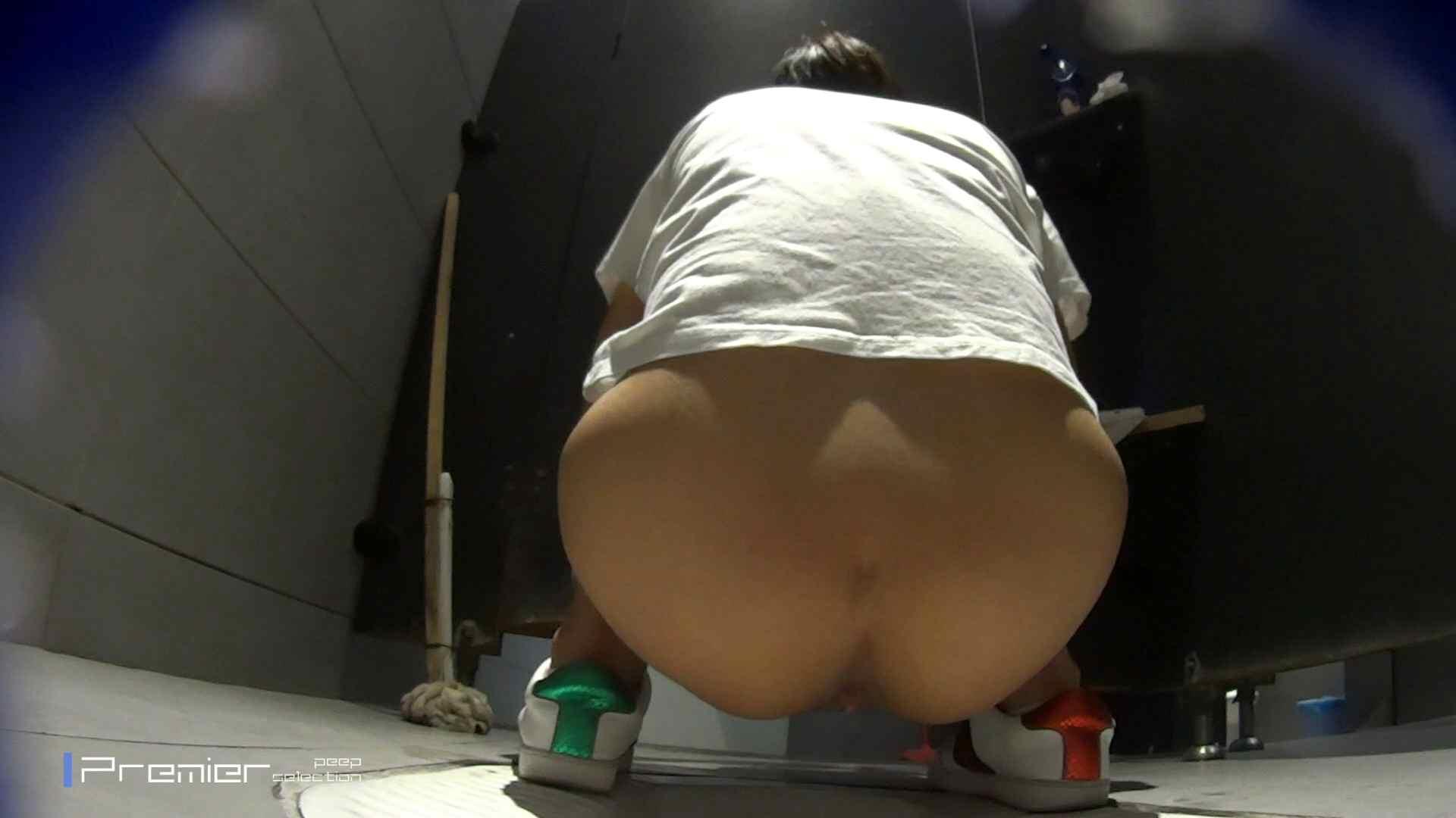 派手なスニーカーの女の子 大学休憩時間の洗面所事情63 お姉さん達のヌード | 美女達のヌード  95連発 9